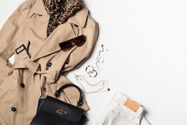 女性用ファッション衣類およびアクセサリー、バッグ付きベージュトレンチコート、メガネ、デニムおよびウエスタンブーツ