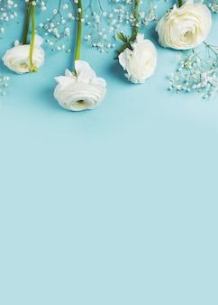 ブルーファッション、花フラットレイアウトの背景
