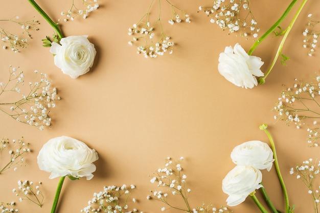 ベージュのファッション、花フラットレイアウトの背景