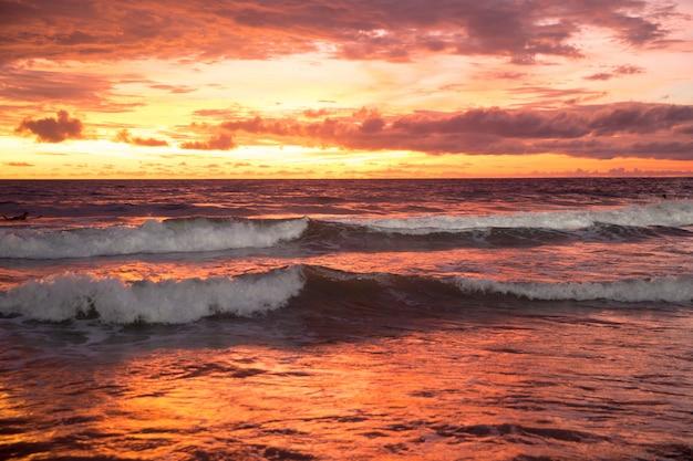 インドネシアのバリ島で黄色と紫の空と美しい夕日。