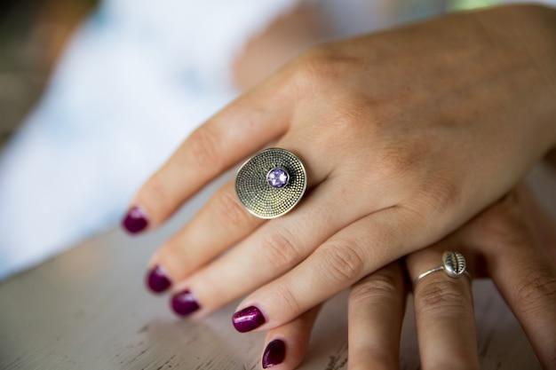 Женская рука с кольцом