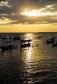 日没のセーリングボート