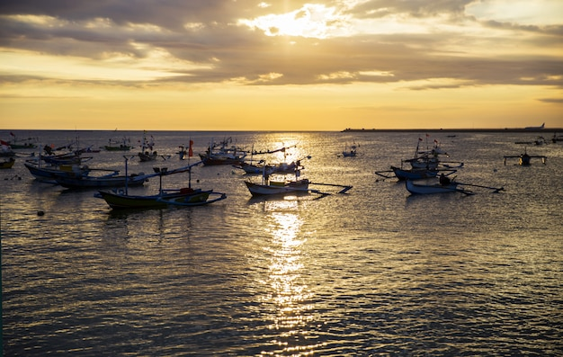 Парусные лодки на закате