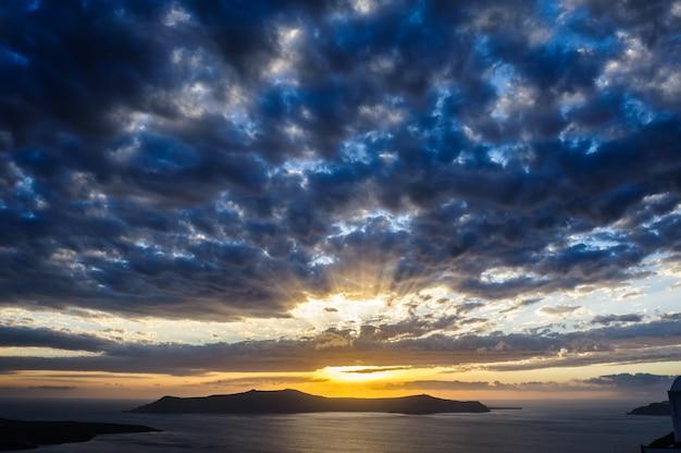 サントリーニ島カルデラ海の劇的な夕日