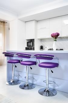 モダンなキッチンの白いダイニングテーブル