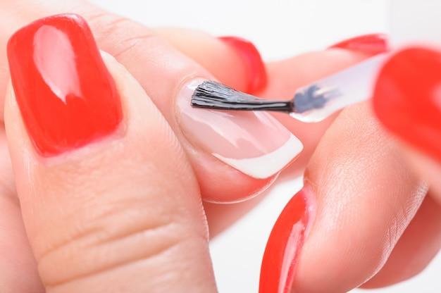 Маникюр для ногтей прозрачной покраской