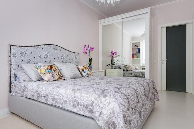 柔らかな明るい色のエレガントなベッドルーム