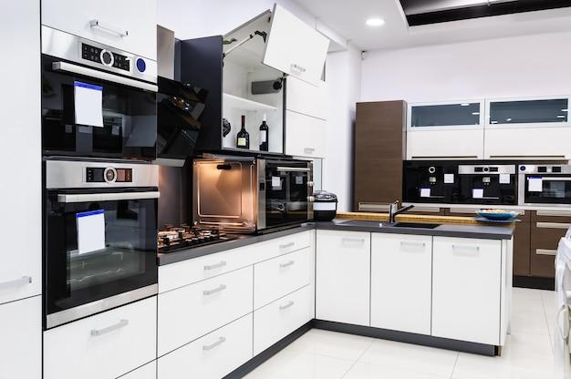 モダンなハイテックキッチン、清潔なインテリアデザイン
