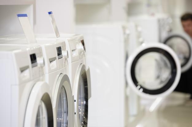家電店の洗濯機と焦点が合っていない買い手
