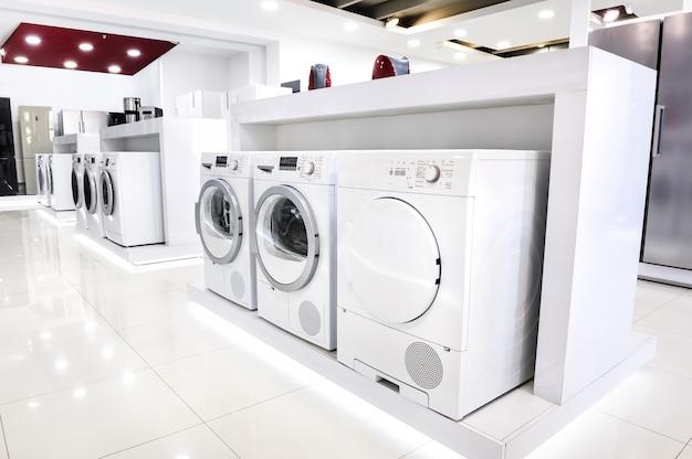 家電店で洗濯機を洗う