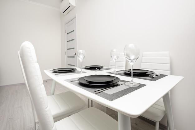 Минималистичный сервированный белый стол