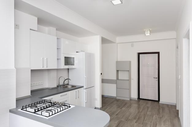 モダンな白いキッチン