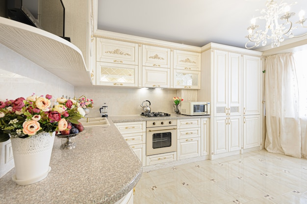Роскошный современный интерьер кухни бежевого и кремового цвета