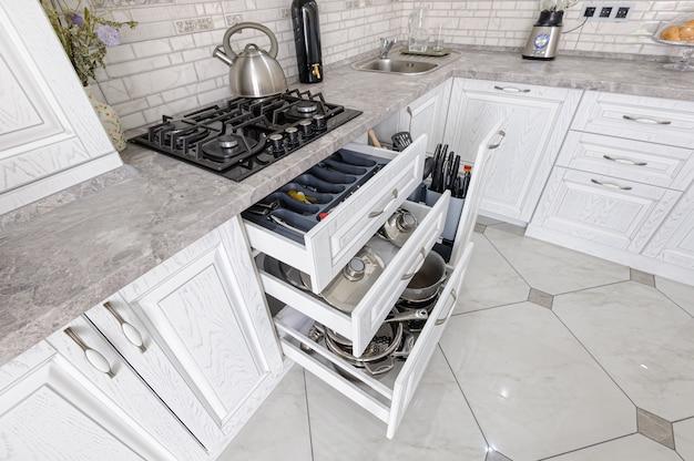 Современный белый деревянный кухонный интерьер