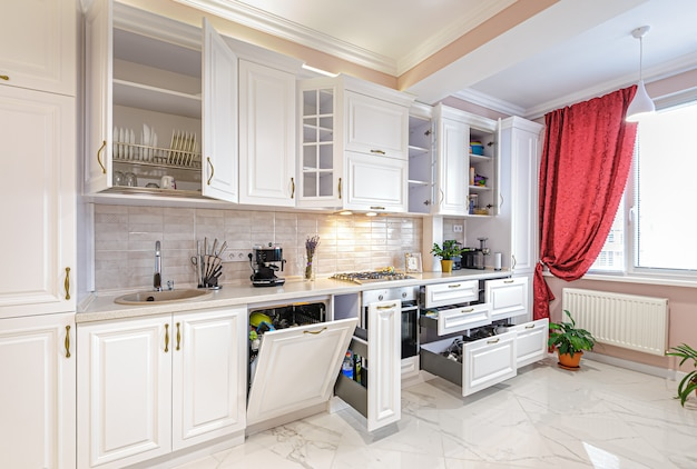 Роскошный современный белый кухонный интерьер с открытыми дверями и ящиками