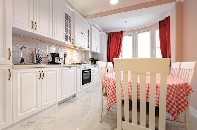 Роскошный современный белый кухонный интерьер