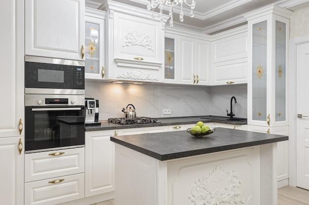 Белая роскошная современная кухня с островом