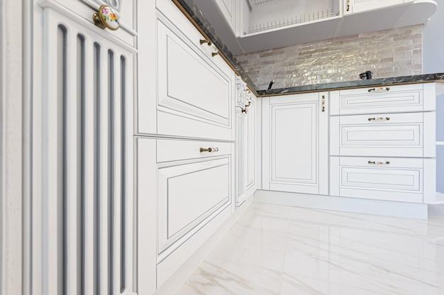 Крупным планом роскошной белой кухонной мебели