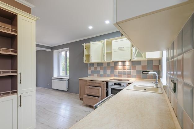 Роскошный современный прованс в стиле серый, розовый и кремовый интерьер кухни