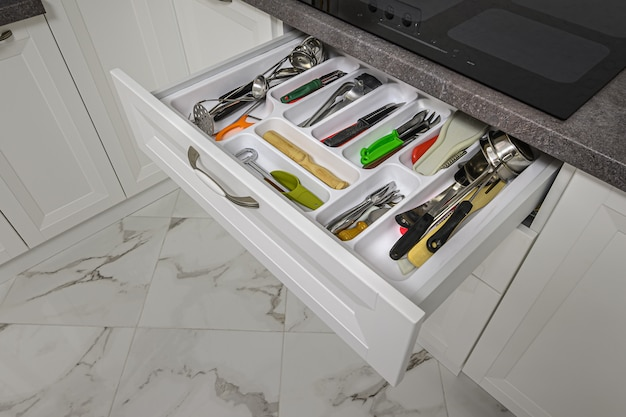 Кухонный ящик с видимым содержимым открыт