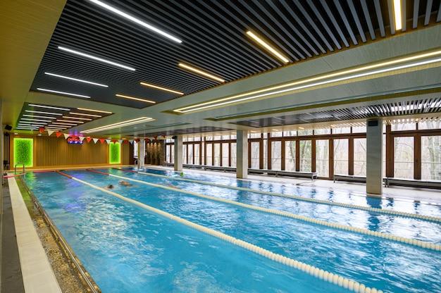 Роскошный спортивный крытый бассейн с дорожками для интерьера