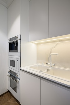 ミニマリズムデザインの高級キッチンインテリア