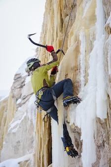 Молодой человек, восхождение на лед