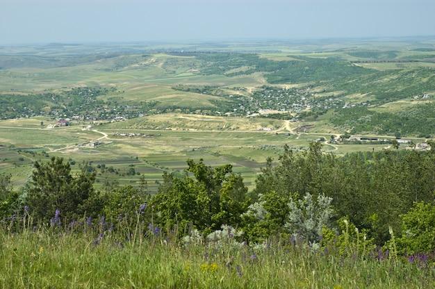 モルドバの典型的な田園風景。丘、村、農場。