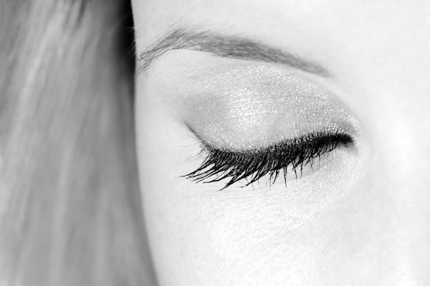 美しい目を閉じた