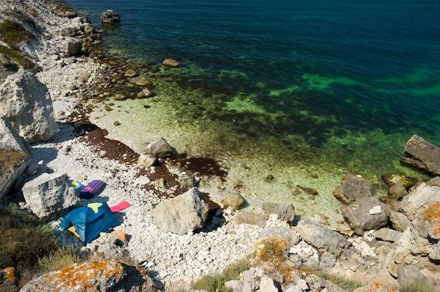Палаточный лагерь на скалистом берегу моря