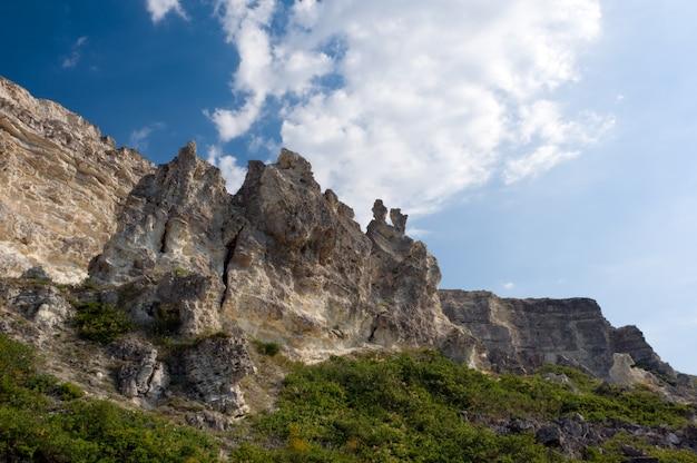 クリミア半島の海岸で砂岩の崖