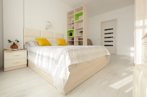 大きなダブルベッド付きのベッドルームのインテリア