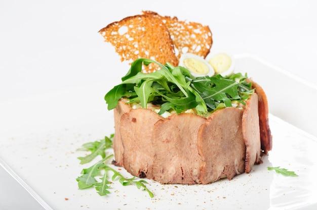 スライスした子牛の舌とリュッコラのおいしい前菜