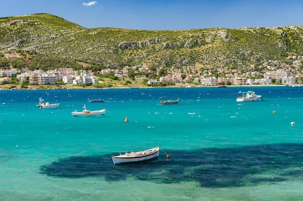 Вид на гавань порто рафти, греция