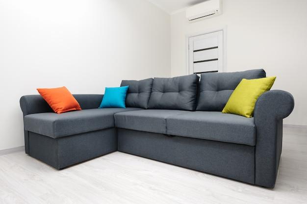グレーのソファー付きの白いリビングルーム