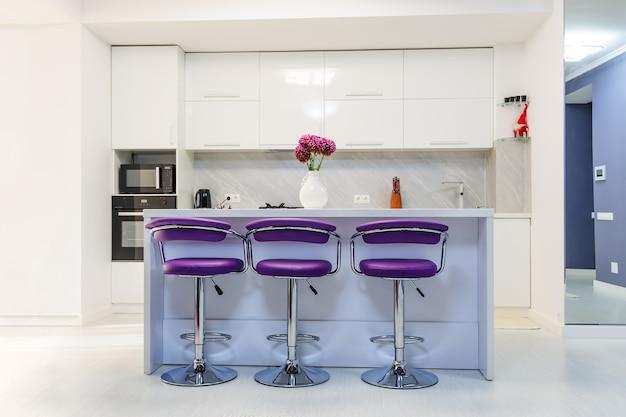 Белый обеденный стол в современной кухне