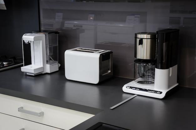 モダンなハイテクキッチン、すっきりとしたインテリアデザイン