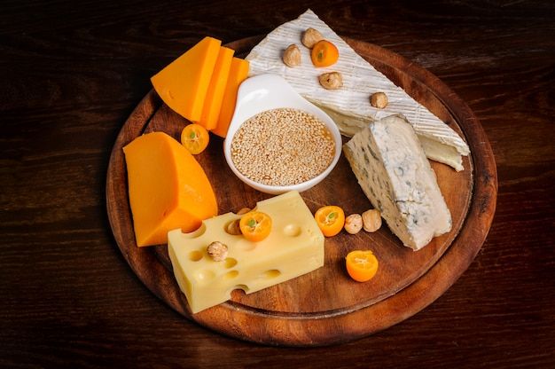 ナッツとフルーツの様々なチーズ