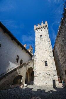 Внутренний двор средневекового замка скалигер в старом городе сирмионе на озере лаго ди гарда, северная италия