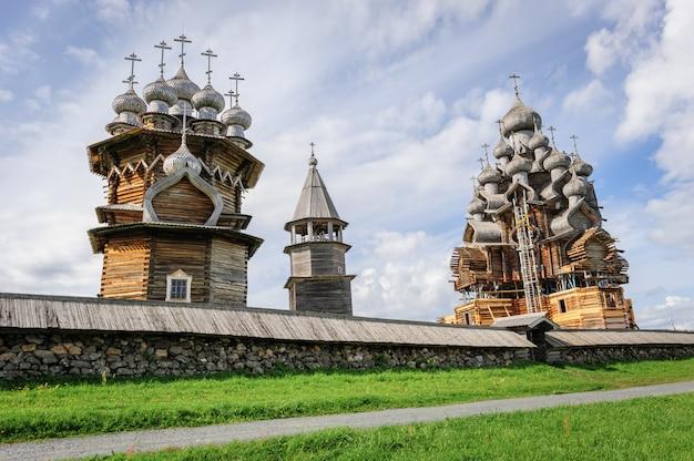 再建中のキジの木造教会