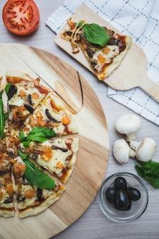 ビーガンチーズのピザの中心のショット