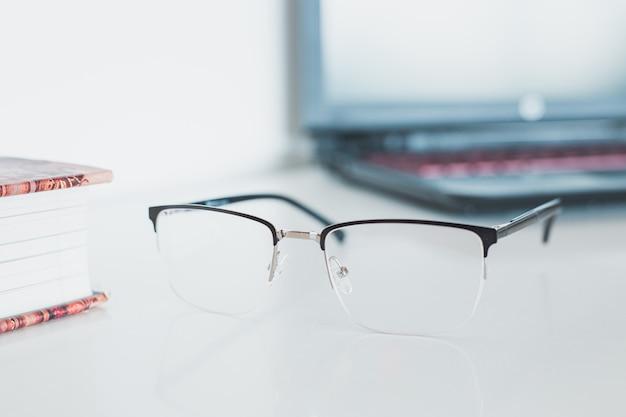 Очки с книгой и ноутбуком