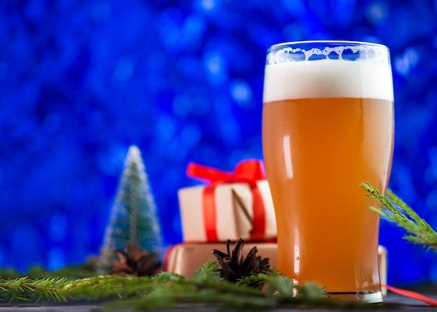 Рождество мандариновое пиво в бокале на синем фоне