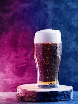 Бокал пива на темном фоне в неоновом стиле