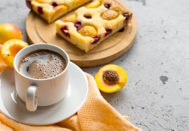 Домашний пирог с абрикосами и чашка эспрессо. завтрак
