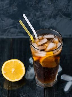 クラシックなロングアイランドアイスティー、濃い飲み物が入ったカクテル。