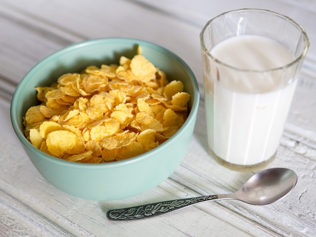 朝食のミルクとコーンフレーク