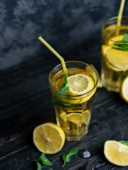 伝統的なアイス、レモン、ミントのアイスティー