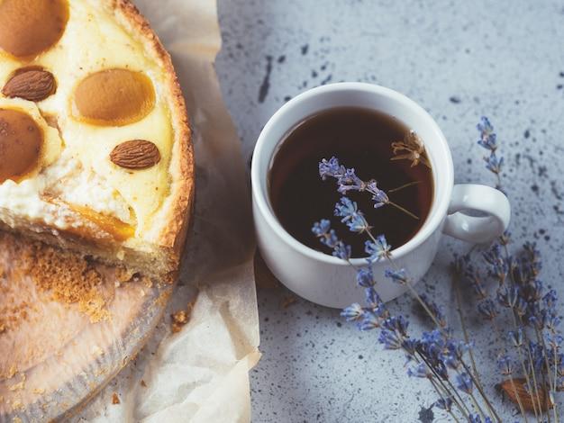 アーモンドとアプリコットの自家製ケーキ。ラベンダーとハーブティーのカップ。