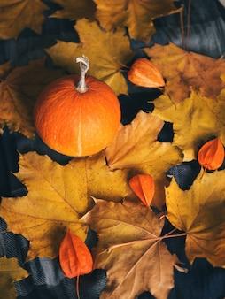 乾燥した葉と感謝祭のためのカボチャと秋の背景